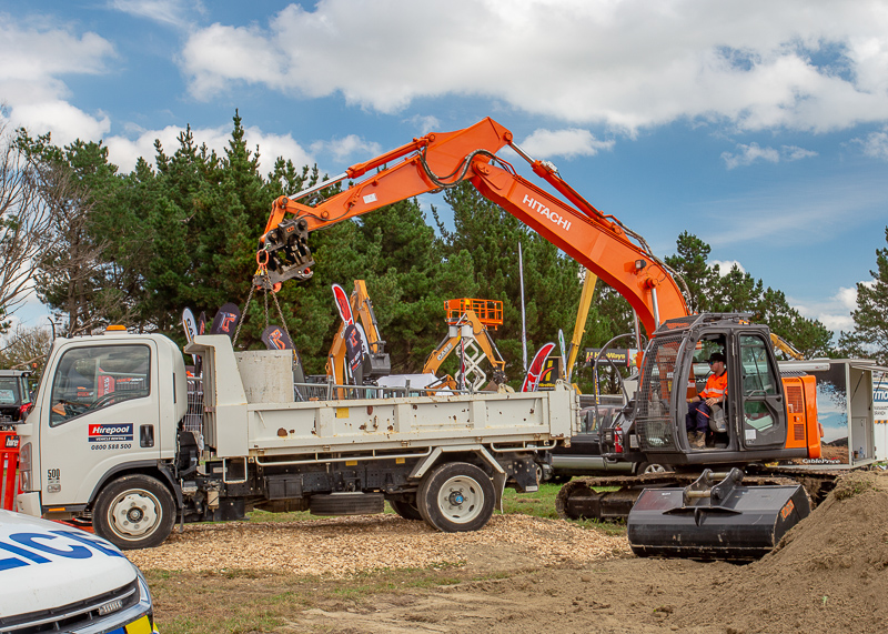 Hitachi excavator with a2lock twin ram coupler